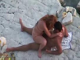 Putinha dando a buceta na praia