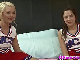 Stunning les cheerleaders kissing
